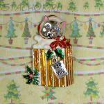 """Брошь """"Котик - подарочек на Новый год"""" под серебро, эмаль, стразы"""